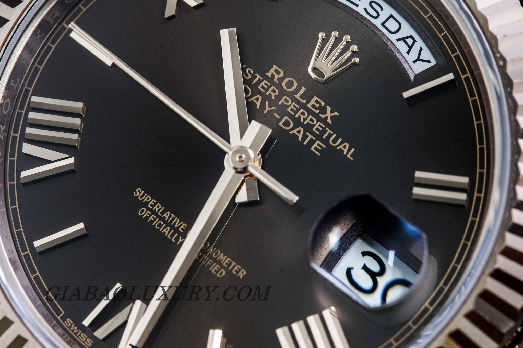 Phiên bản đồng hồ cao cấp làm từ chất liệu vàng Everose 18K sở hữu bộ máy thời gian tân tiến, hiện đại