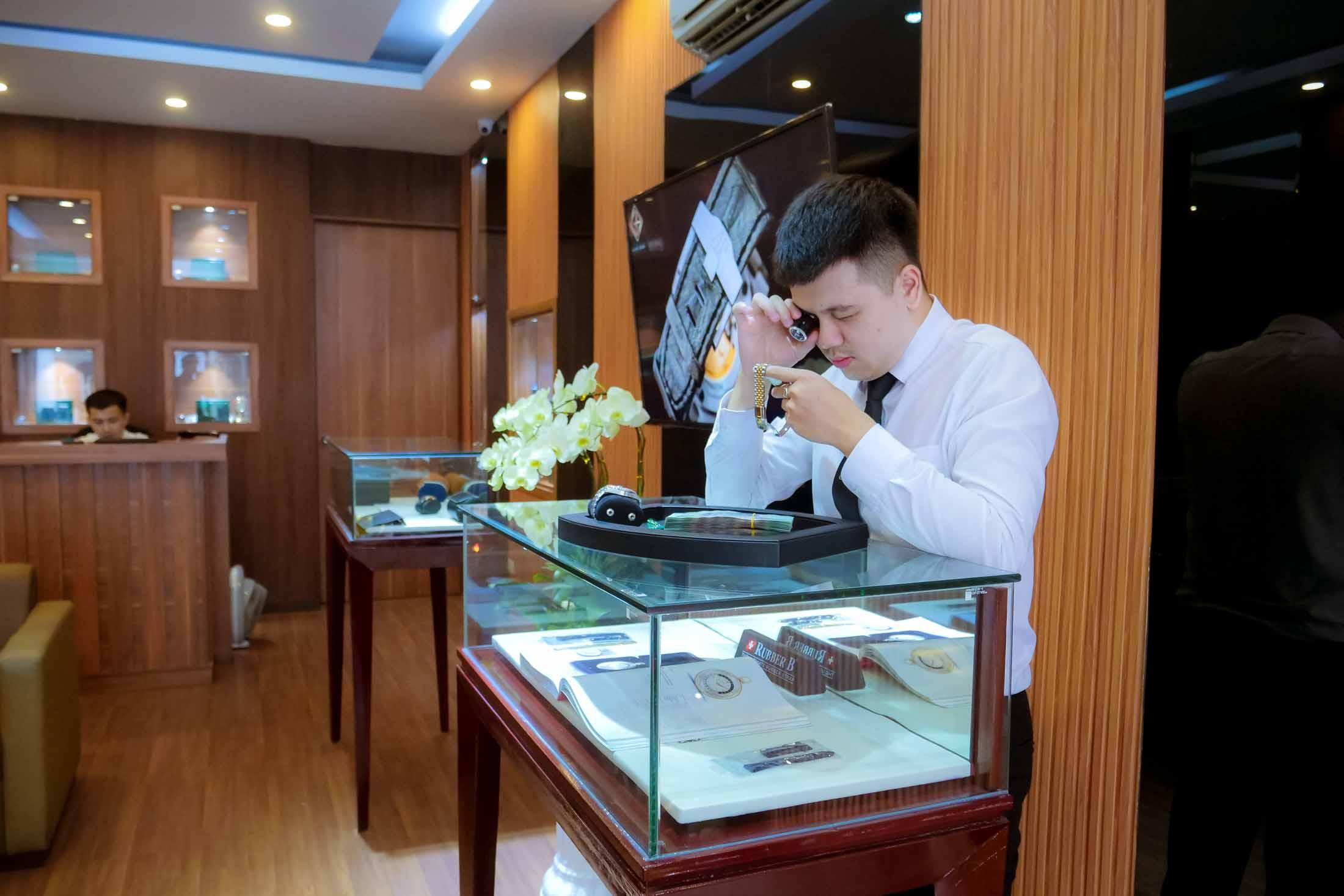 Chuyên gia về đồng hồ tại Gia Bảo Luxury tiến hành thẩm định sản phẩm và định giá theo mức giá tốt nhất trên thị trường